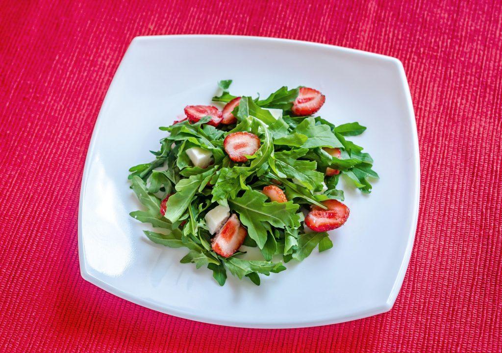 Salad rocket with fresh strawberries and mozzarella